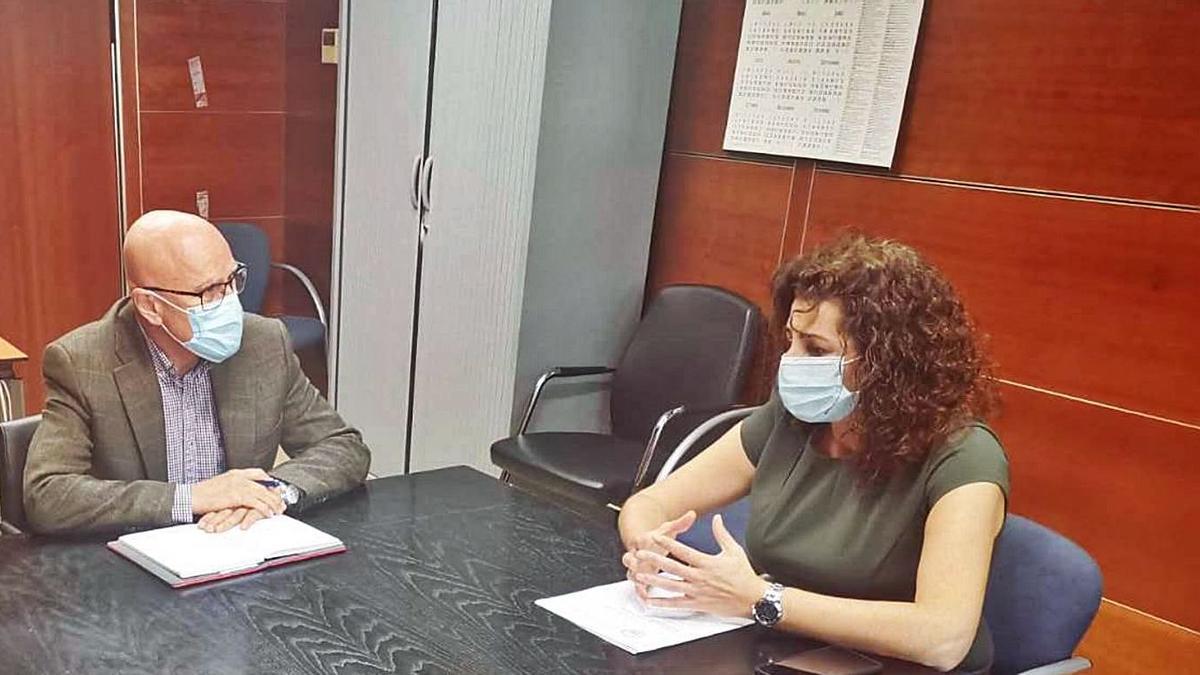 Verónica Ruiz, presidenta del Colegio Oficial de Podólogos de Canarias, expresó al Diputado del Común, Rafael Yanes, el malestar de este colectivo por quedar excluido del grupo 3A de vacunación contra el coronavirus.