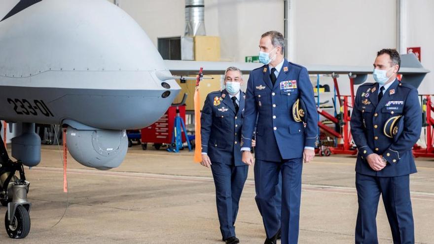 Felipe VI visita la base de Talavera por los 50 años de la llegada de los F-5