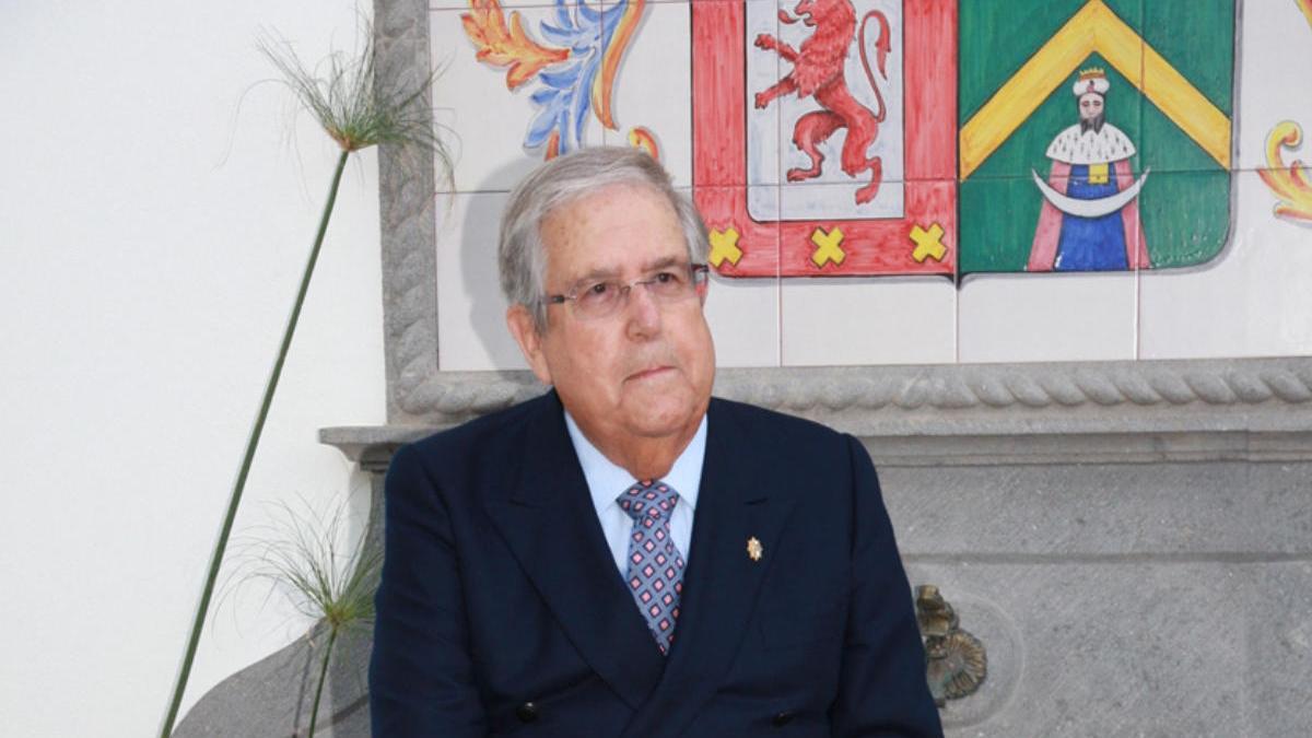 Alejandro del Castillo y Bravo de Laguna en la finca condal de Juan Grande, junto al escudo nobiliario del condado.