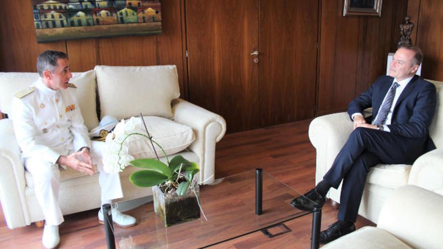 El alcalde da la bienvenida al nuevo Almirante Comandante del Mando Naval de Canarias