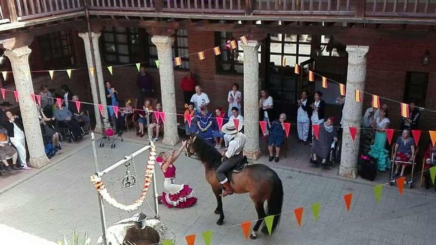 La residencia Virgen del Canto celebra la feria de abril