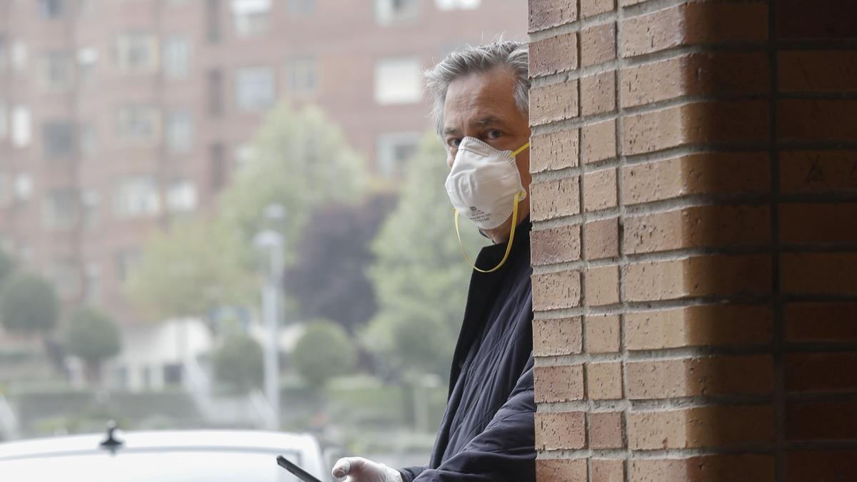 Un hombre, a las puertas de un comercio avilesino en plena pandemia.