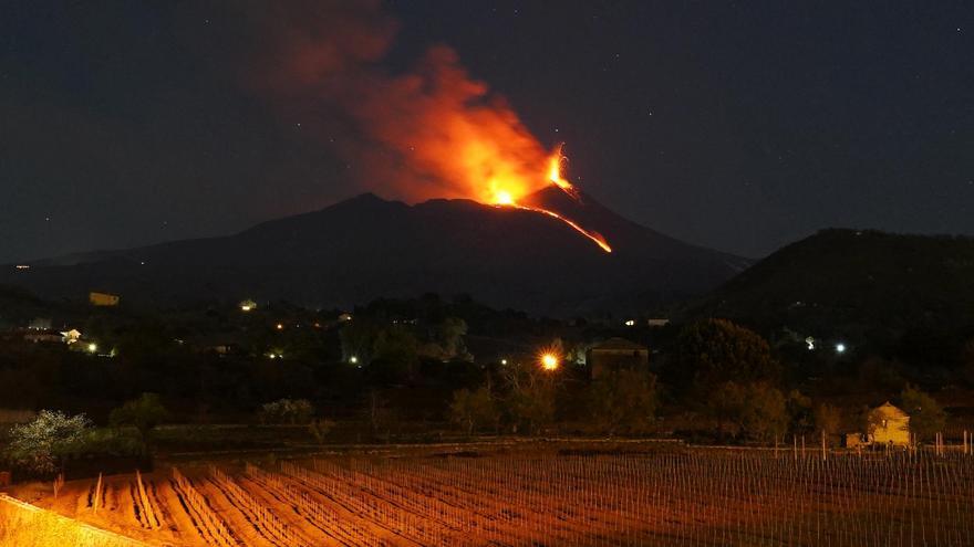 Una nueva erupción del Etna provoca pequeñas explosiones y ríos de lava