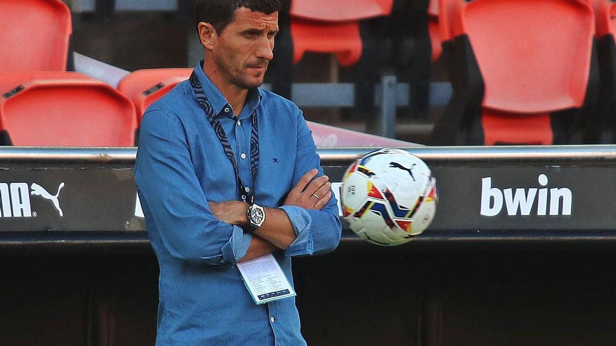 Javi Gracia, con rostro de preocupación, durante el partido de ayer ante el Huesca.