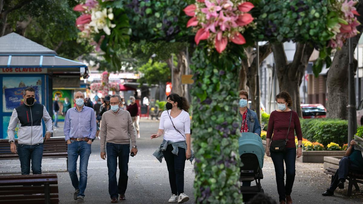 Ciudadanos pasean por Las Ramblas, en Santa Cruz de Tenerife.