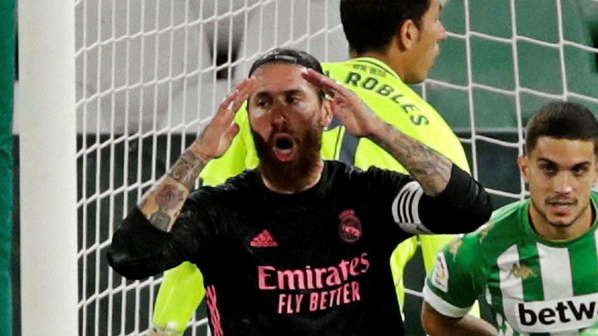 Ramos se lamenta en un jugada en el área del Betis.