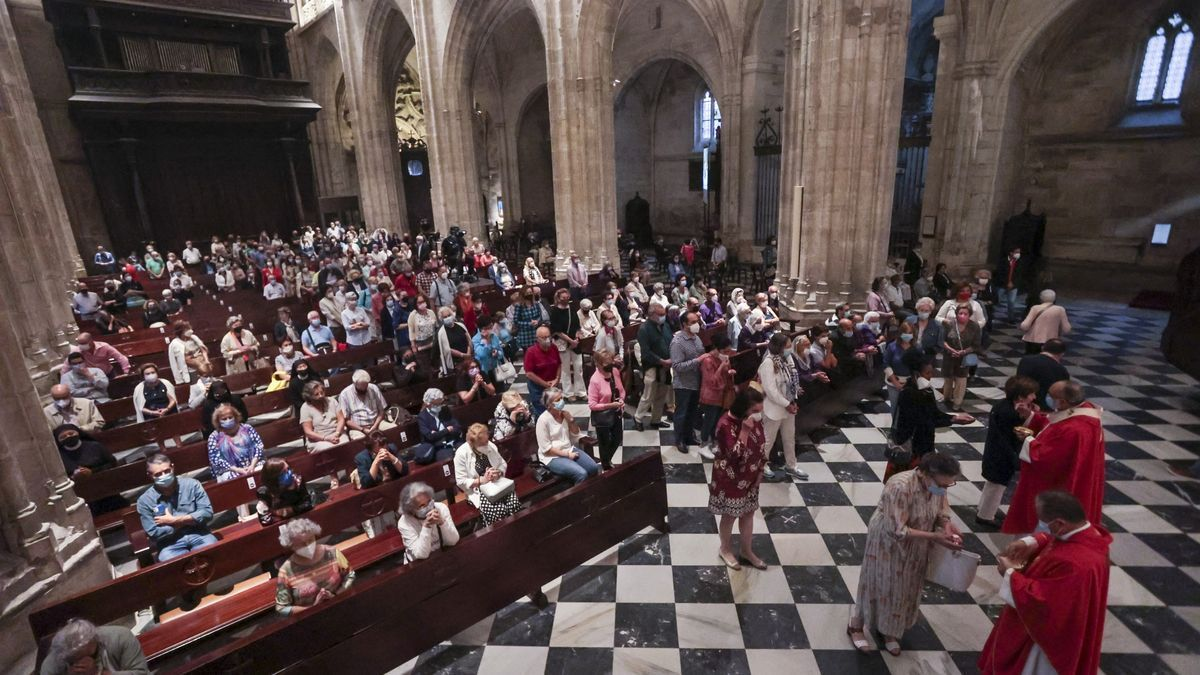 Imagen de archivo de una misa en la catedral de Oviedo.