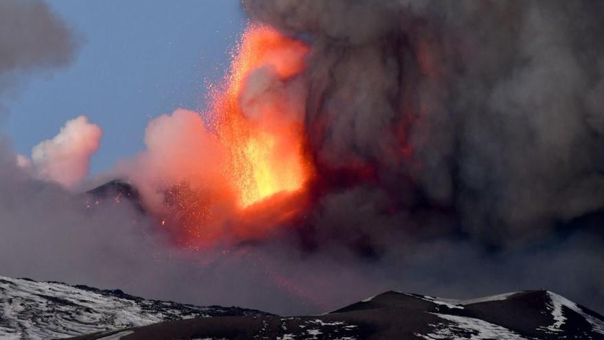 Italia cierra el aeropuerto de Catania por una erupción en el Etna