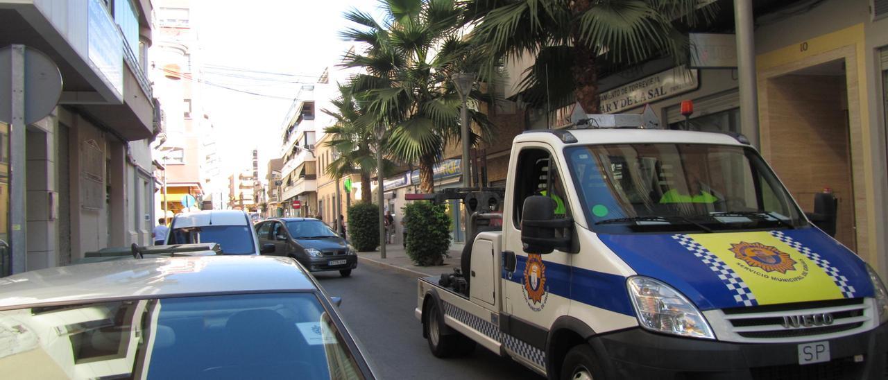 Imagen de una grúa de recogida de vehículos de Torrevieja