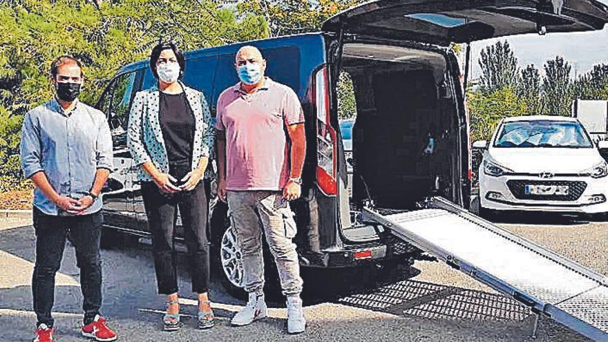 Es presenta a Vilanova del Camí el primer taxi adaptat del municipi