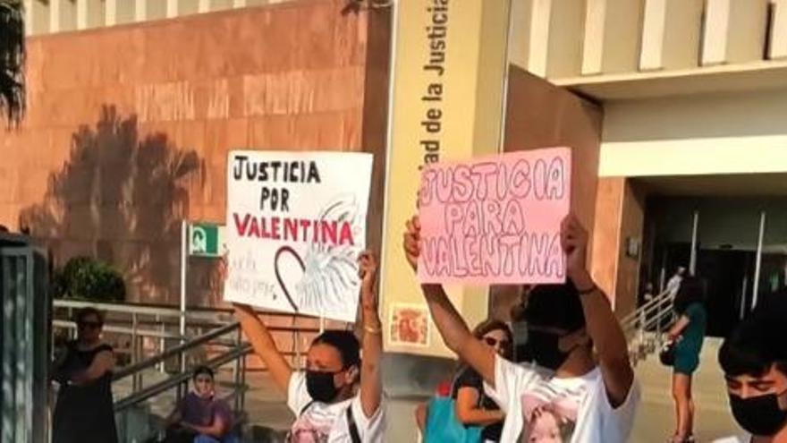 La familia de Valentina se concentra a las puertas de los juzgados de Málaga