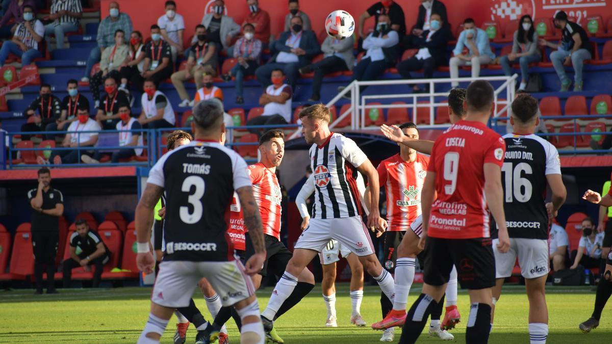 Los jugadores del Badajoz celebran uno de los goles.