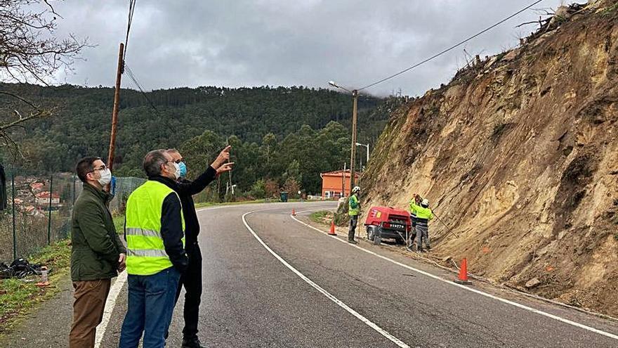 Una red metálica evitará la caída de piedras en el vial de Camos a Chandebrito