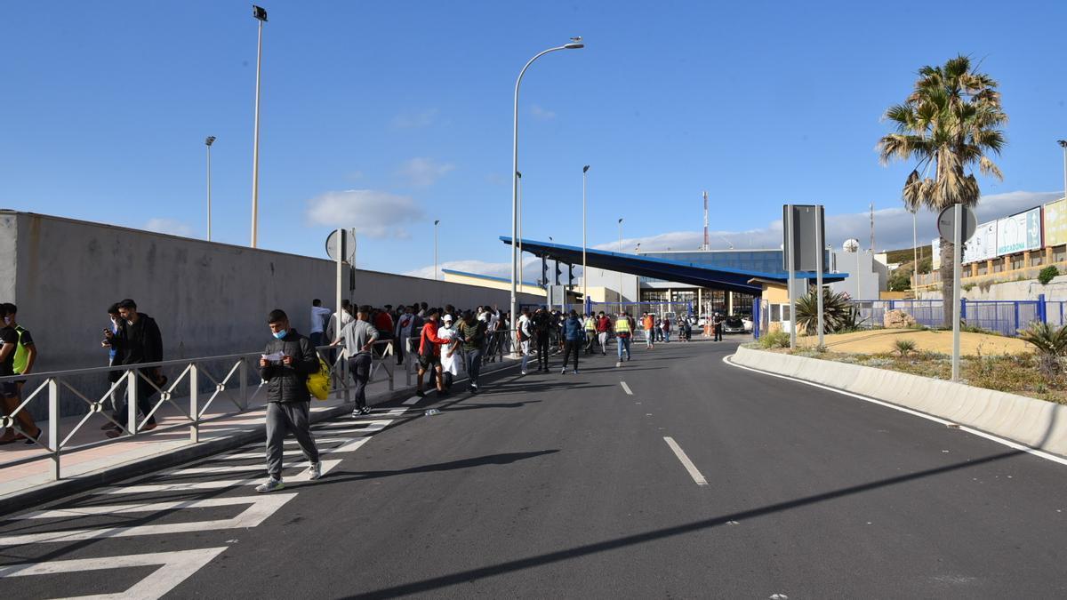 Decenas de marroquíes solicitan asilo en la frontera de Tarajal, en Ceuta