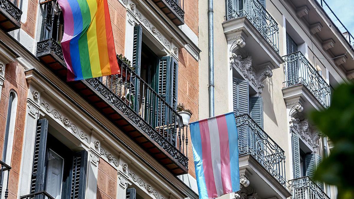 Una bandera Lgtbi en una vivienda del barrio de Malasaña de Madrid.     // EUROPA PRESS