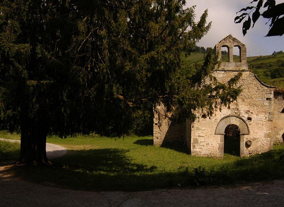 Campo de la iglesia de San Pedro de La Collá