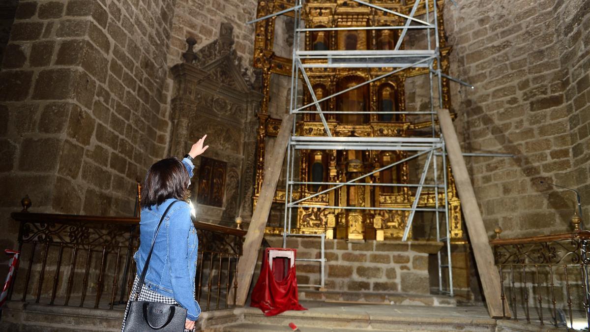 Mercedes Orantos muestra el estado del retablo, sin tablas ni esculturas.