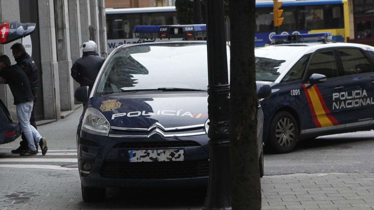 Patrullas de la Policía Nacional en la calle Almacenes de Gijón, en una imagen de archivo.