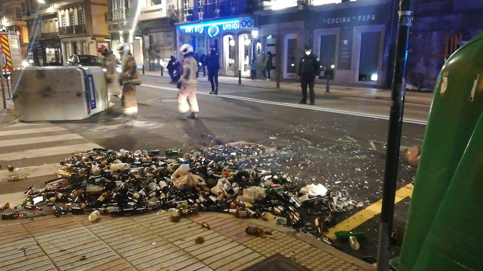 Destrozo de contenedores en el centro de A Coruña en una marcha contra el encarcelamiento de Pablo Hasél