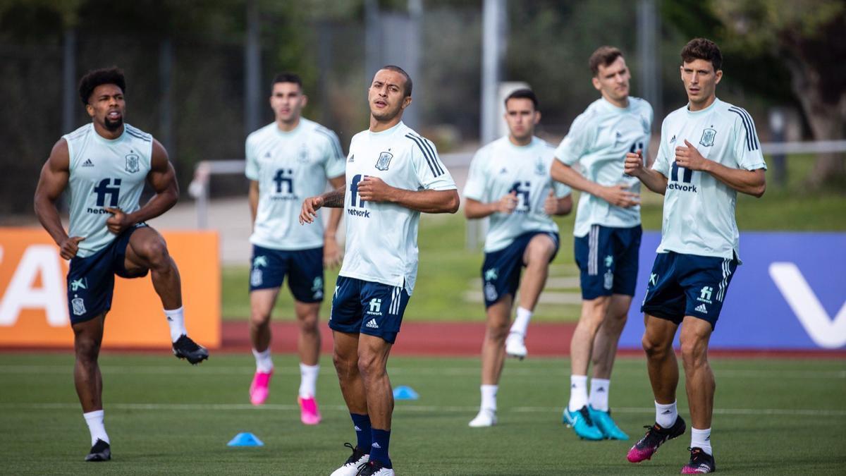 El futbolista del Villarreal, Pau Torres, entrenando junto al resto de compañeros de la selección ayer en Madrid.
