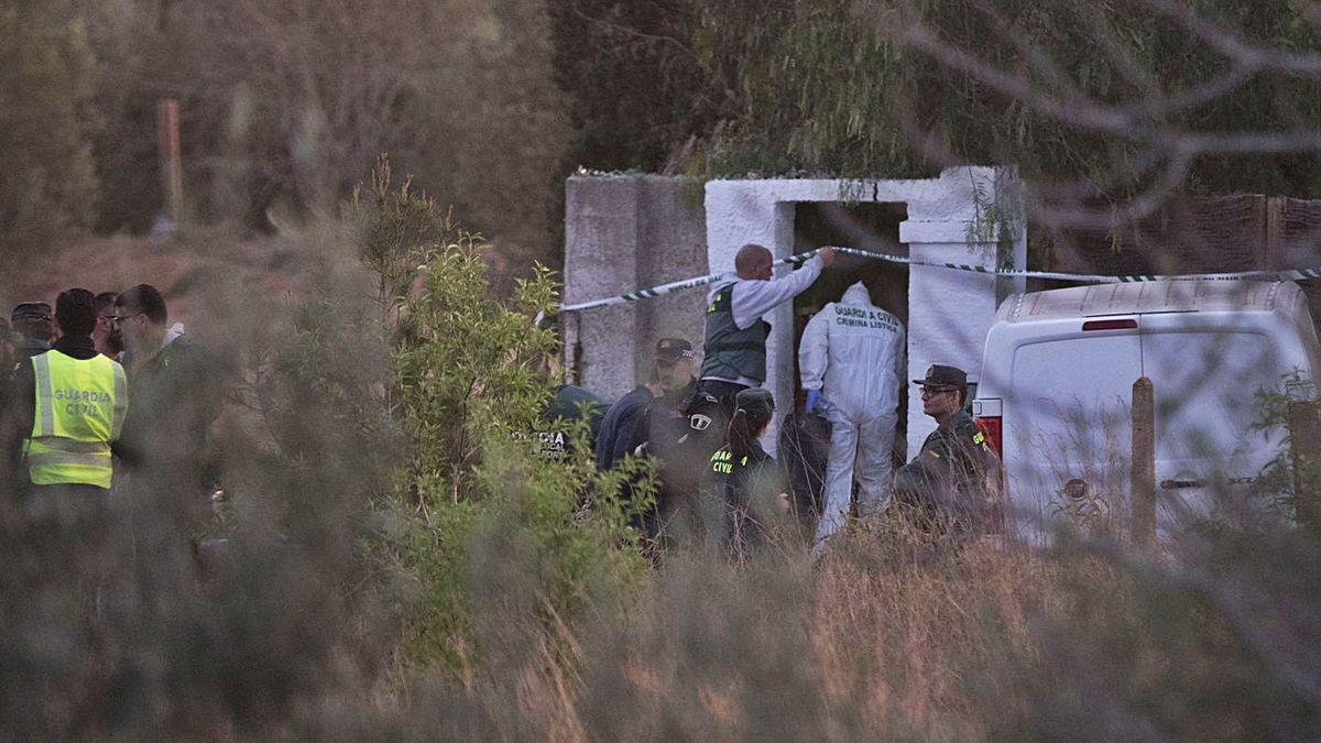 Agentes de la Guardia Civil la tarde en la que fueron hallados los cadáveres de los niños.