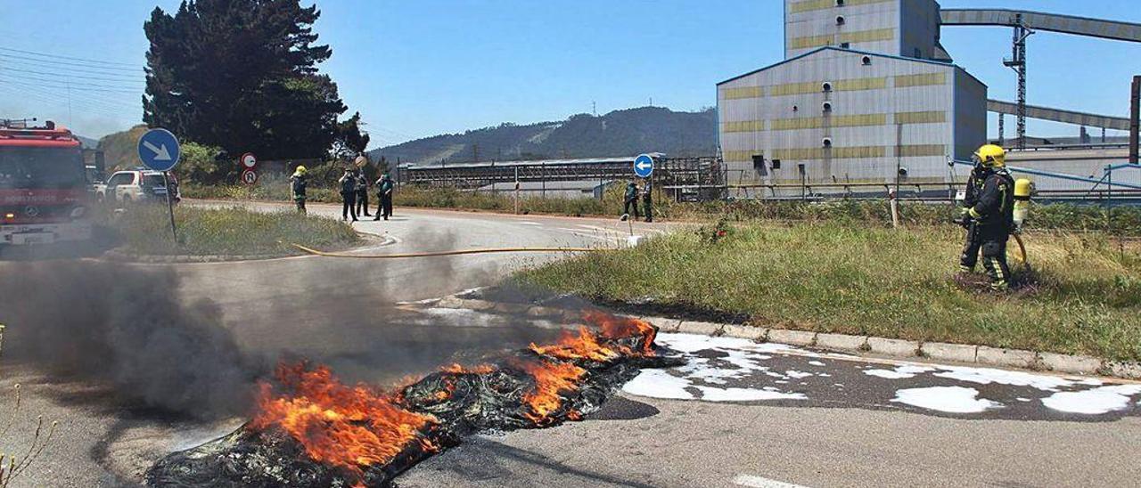 Una de las barricadas, ayer, en los accesos a la fábrica de Alcoa San Cibrao.