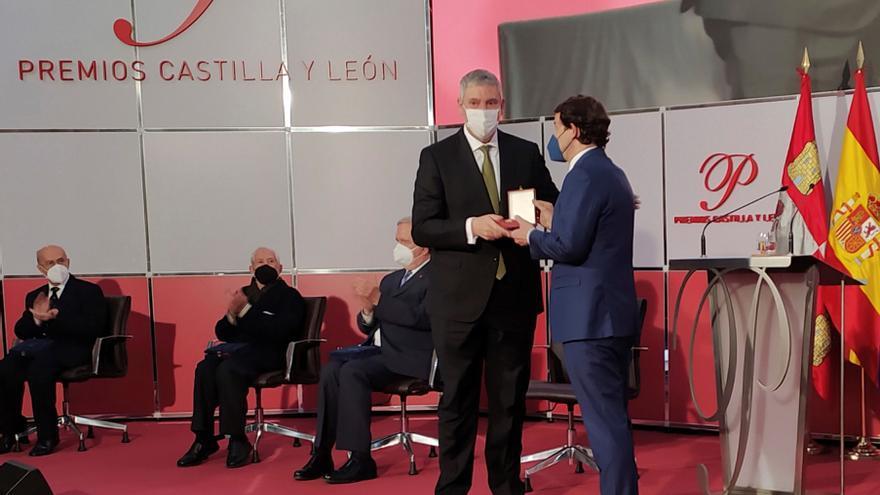José Vicente de los Mozos, directivo de Renault, recoge la Medalla de Oro de Castilla y León