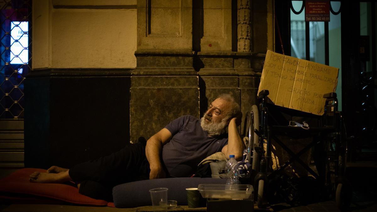 Un hombre duerme en la calle en Rumanía.