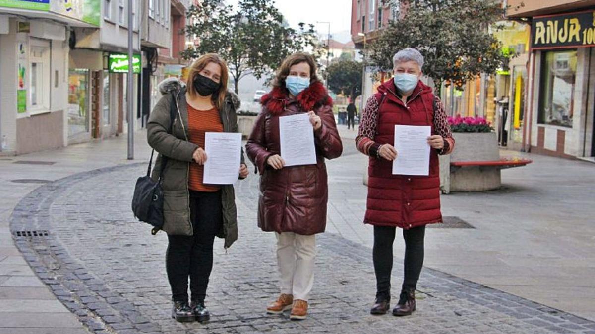 Representantes de los vendedores ambulantes y del Centro Comercial Aberto, ayer. |   // L.O.