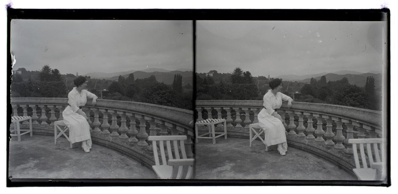 mujer en la terraza.jpg