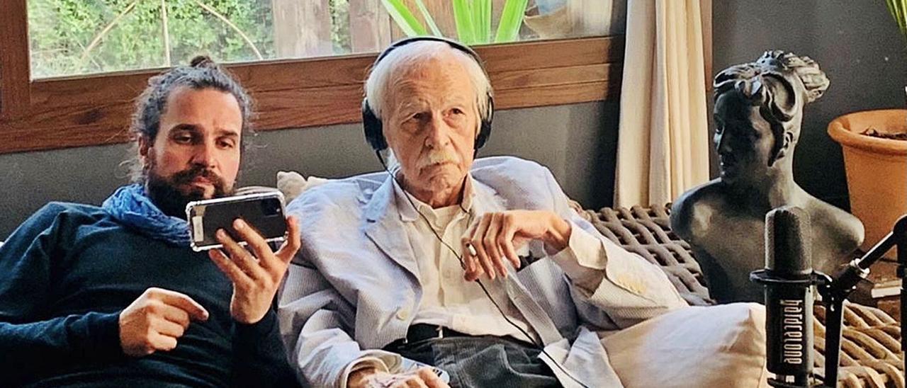 Samaj Moreno y Antonio Escohotado durante el rodaje del documental en la casa del escritor en Pou des Lleó.