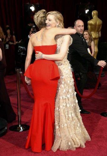 Cate Blanchett abraza a Jennifer Lawrence.