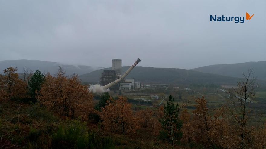 Así fue la impresionante voladura de la chimenea de una central de carbón