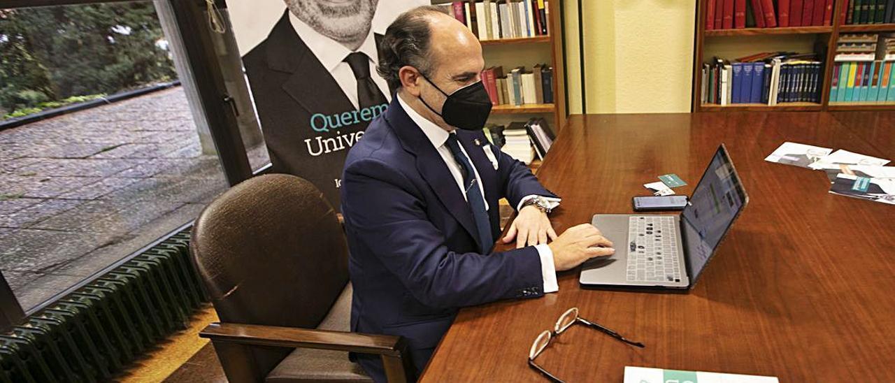 Ignacio Villaverde, ayer, votando telemáticamente a las 10.00 horas desde una sala del área de Derecho Constitucional, en el campus del Cristo.   Miki López