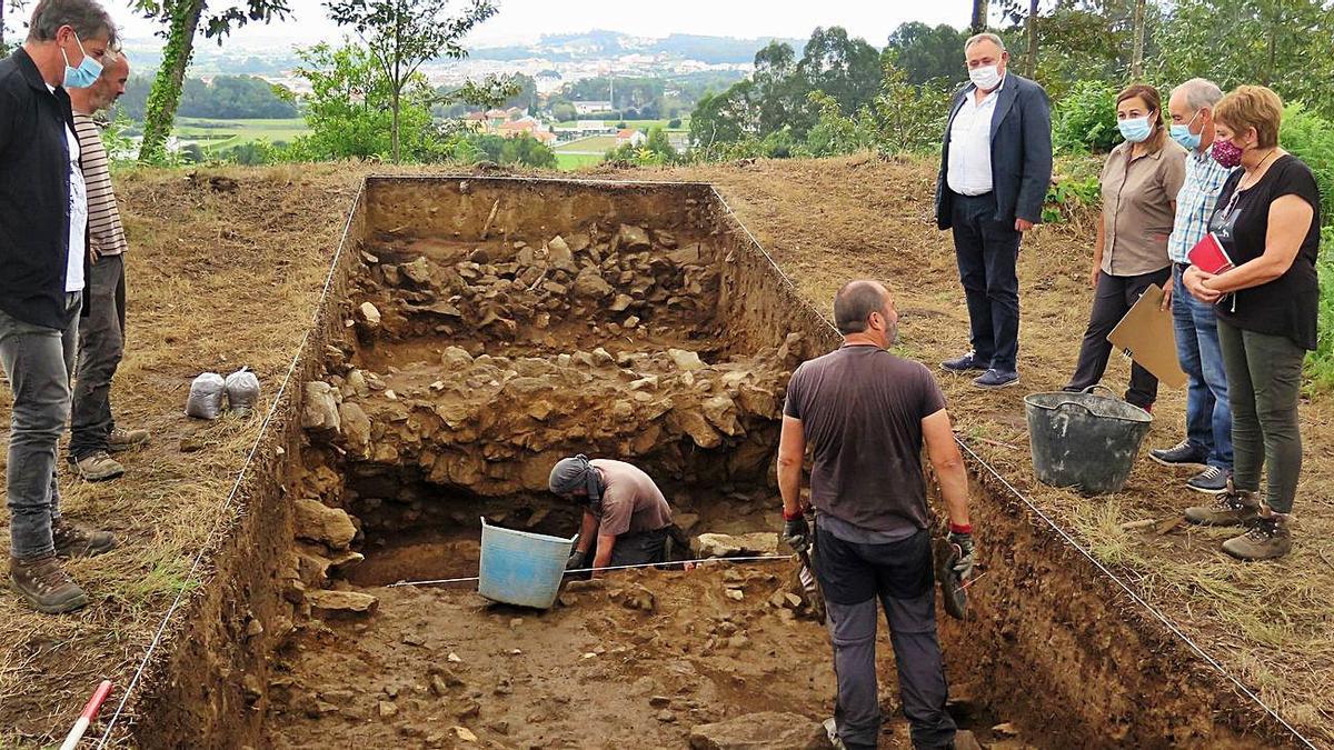 Excavación, ayer, en el castro de Montes Claros de A Laracha.     // L.O.