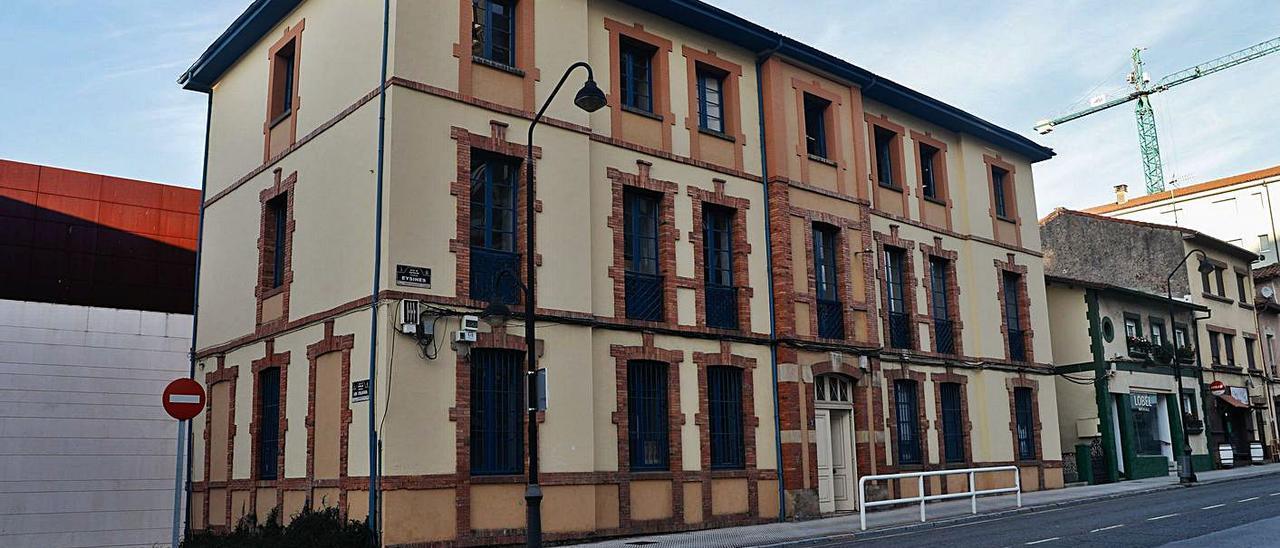 El antiguo cuartel de la Guardia Civil de Piedras Blancas.   Mara Villamuza