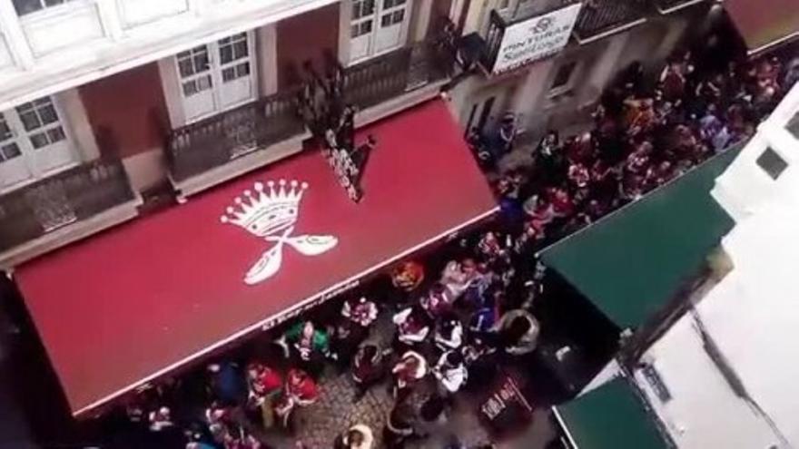 La afición del Baskonia toma las calles del centro de A Coruña