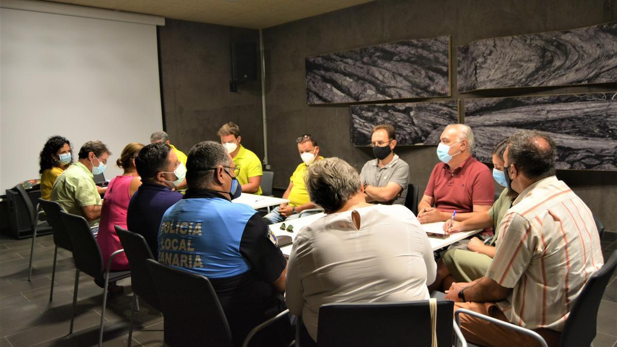 La reunión mantenida este martes entre representantes del Cabildo de La Palma y los ayuntamientos afectados por la actividad sísmica.