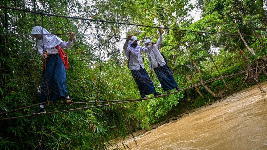 Once estudiantes se ahogan tratando de cruzar un río en Indonesia
