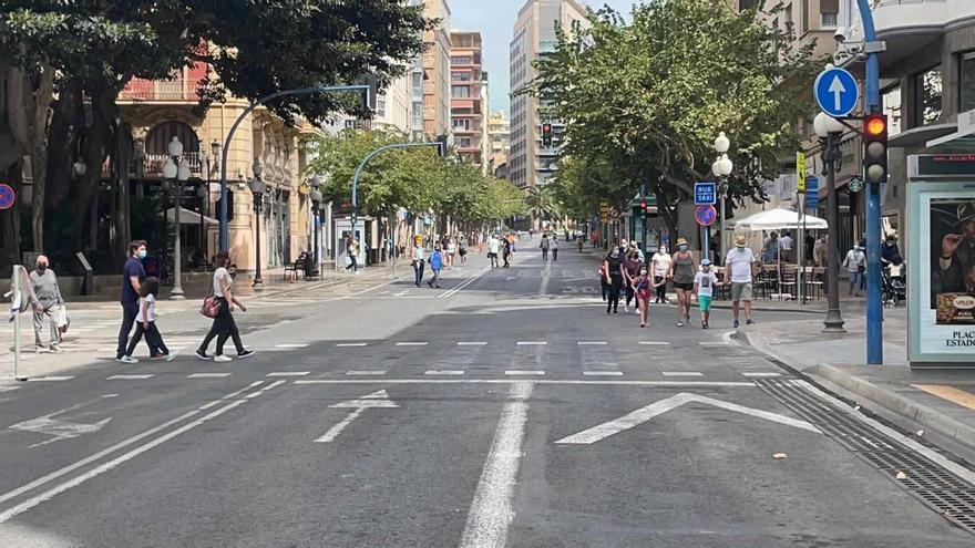 Primer domingo de peatonalización del centro de Alicante: desierto de coches en la Rambla, Plaza del Ayuntamiento y Cantera