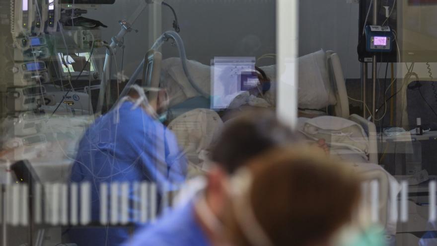 Los médicos del HUCA luchan por salvar a una embarazada con covid y al feto en la UCI