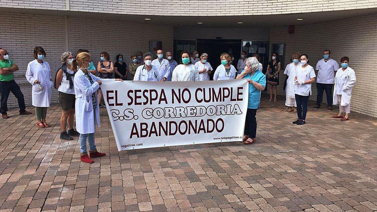 La concentración organizada ayer por los trabajadores del centro de salud de La Corredoria.