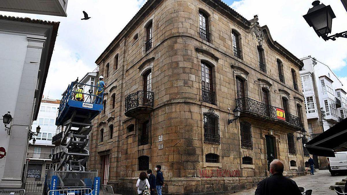Técnicos toman imágenes de la Casa Cornide, en junio.