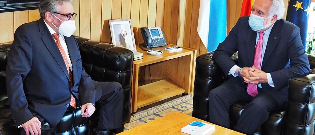 El conselleiro maior de Contas, José Antonio Redondo, con Miguel Santalices . |   // FDV