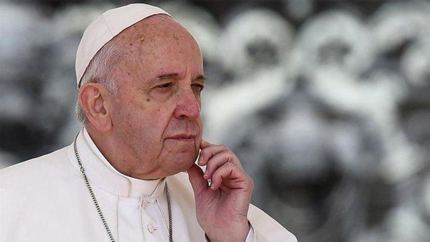 El Papa riñe a los niños que usan el móvil mientras comen en familia
