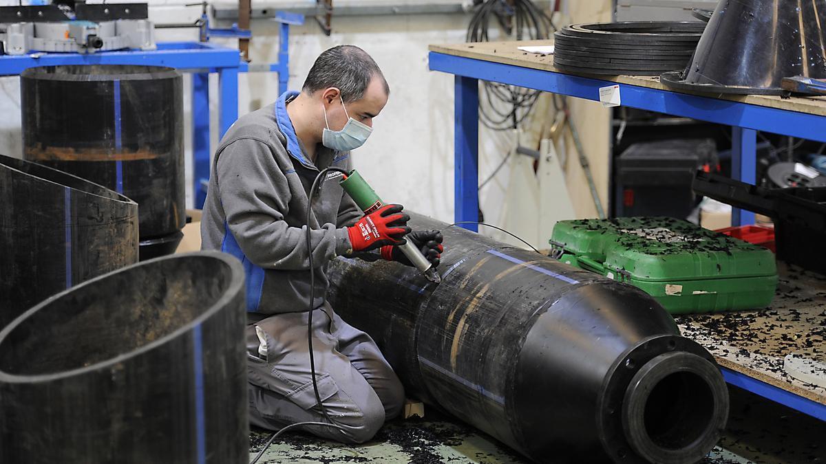 Un trabajador, con su mascarilla en su empresa de Lalín