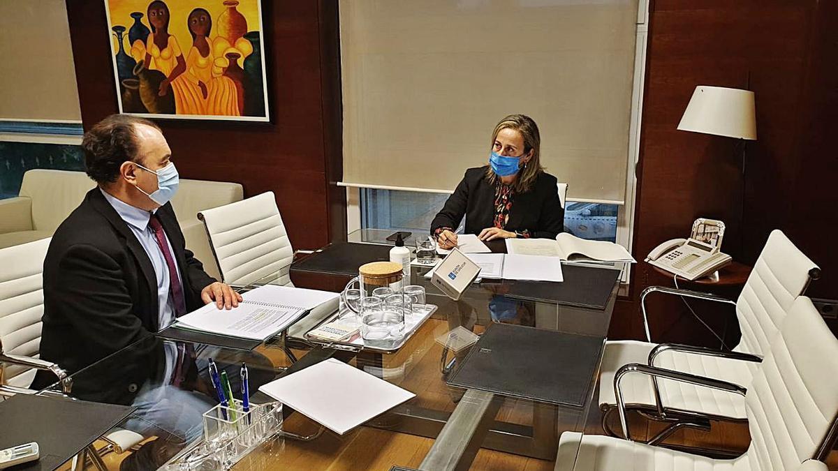 La conselleira de Infraestruturas, Ethel Vázquez, con el alcalde de Lalín, José Crespo.