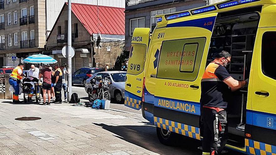 Una mujer resulta herida en Cangas en un accidente entre un coche y una moto