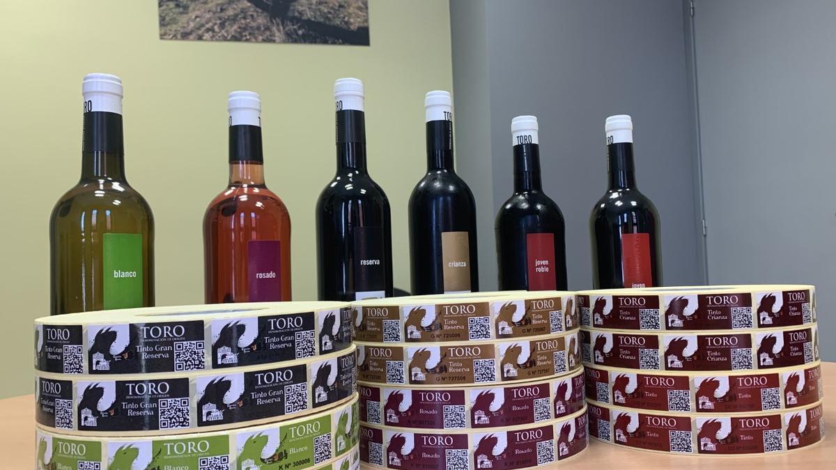 Botellas de vino genérico con las contraetiquetas de la Denominación de Origen Toro