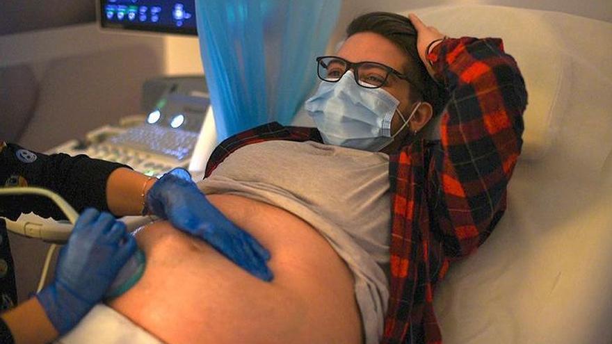 Rubén Castro, el joven trans embarazado, da a luz a su hijo Luar